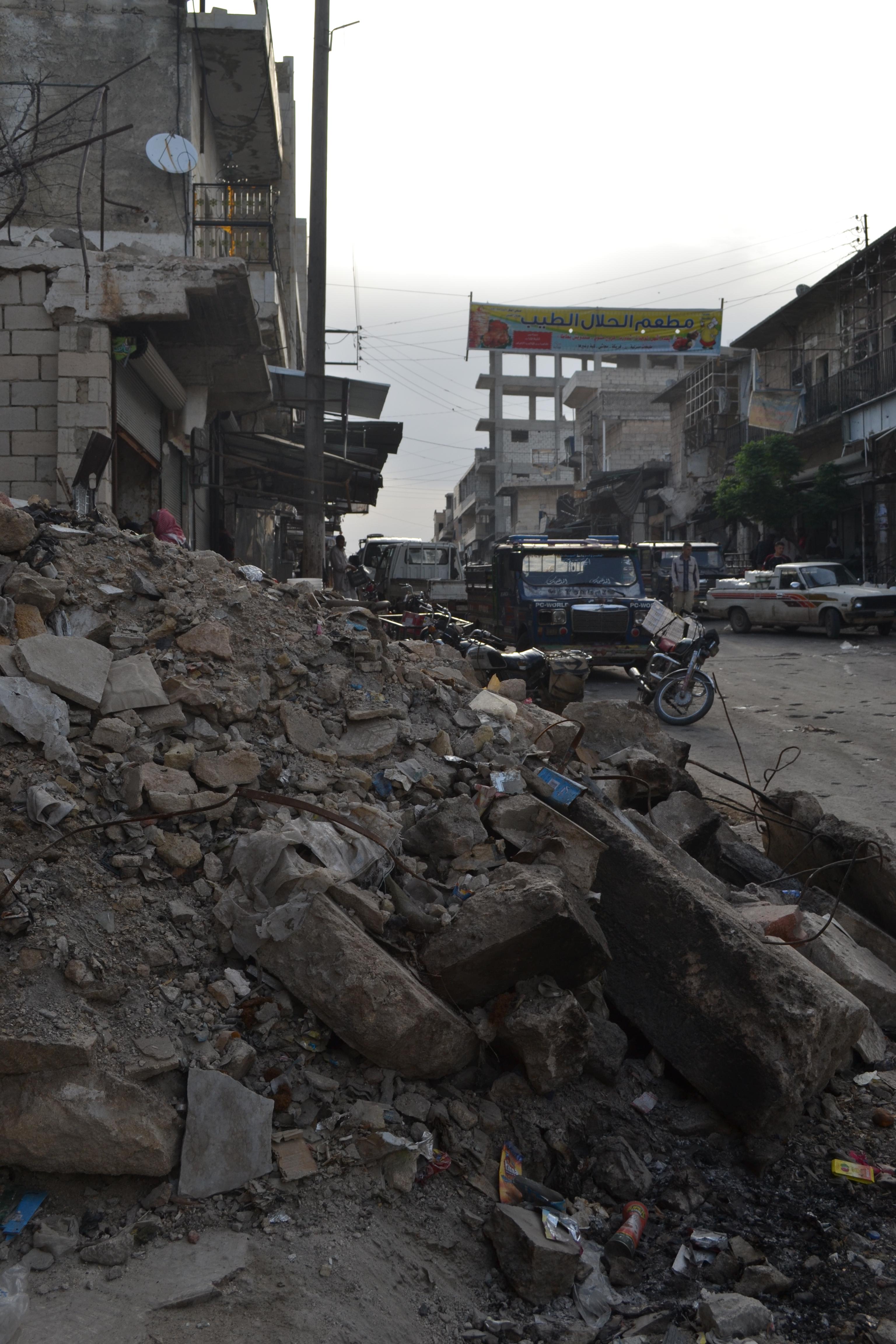 مخلفات القصف وأكوام القمامة: أزمات جديدة تعاني منها المناطق المحرّرة – فريق التحرير