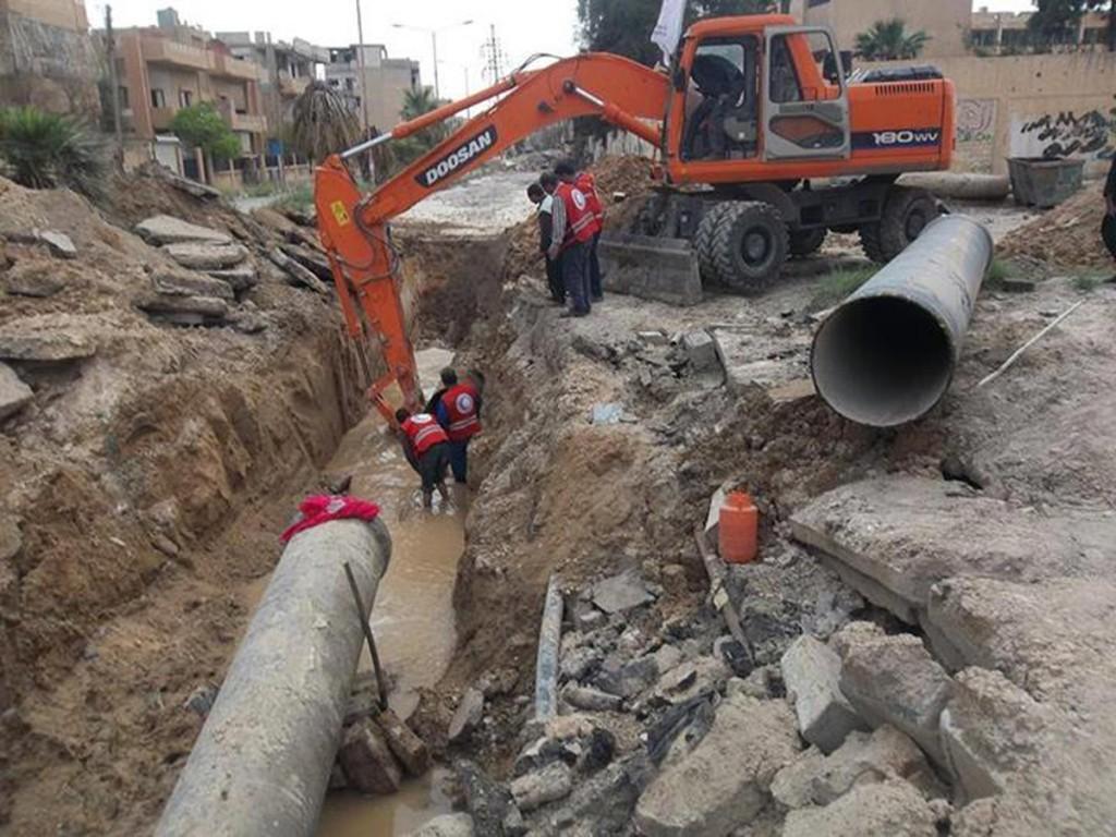 من الإنترنت - الهلال الأحمر يصلح خطوط المياه في دير الزور