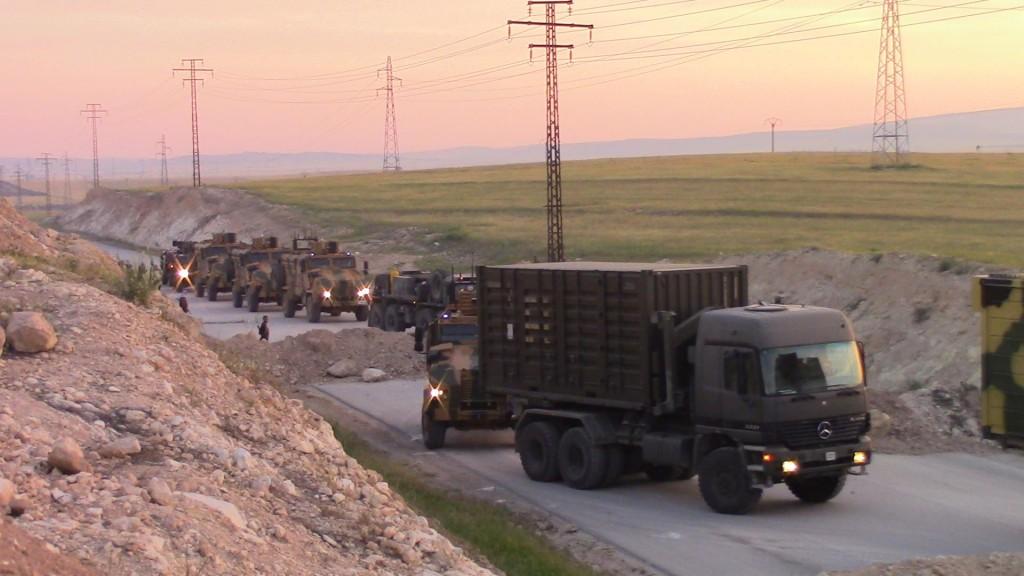 رتل الجيش التركي يمر بحاجز تنظيم الدولة الاسلامية