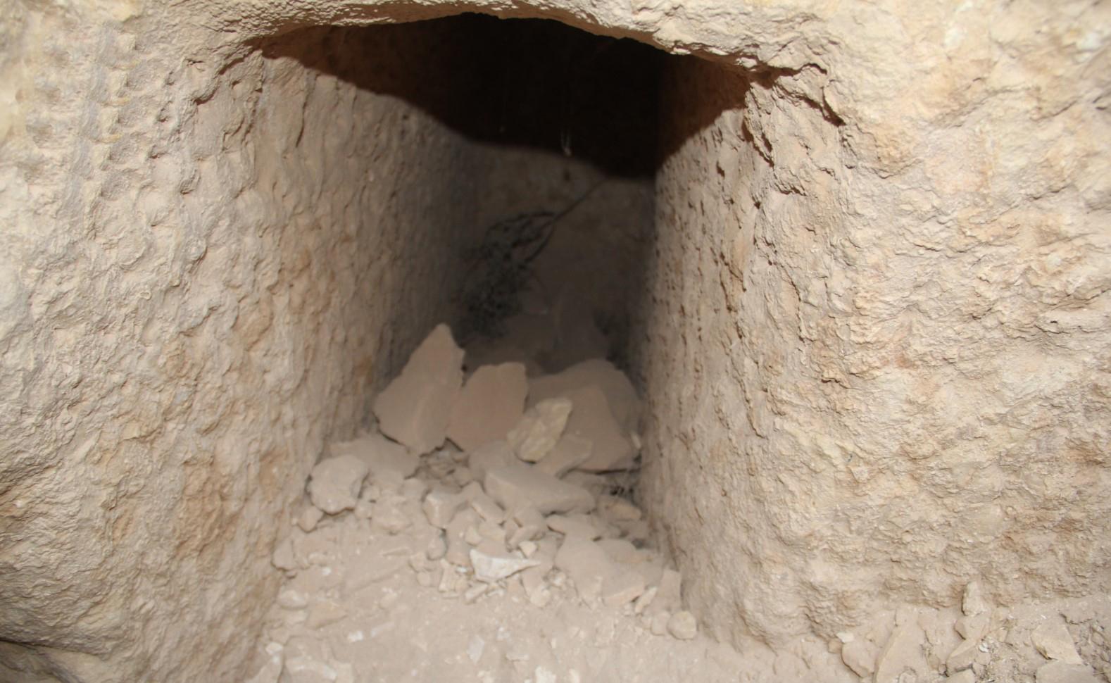 لصوص الاثار ينهبون القبور في موقع دبسي عفنان