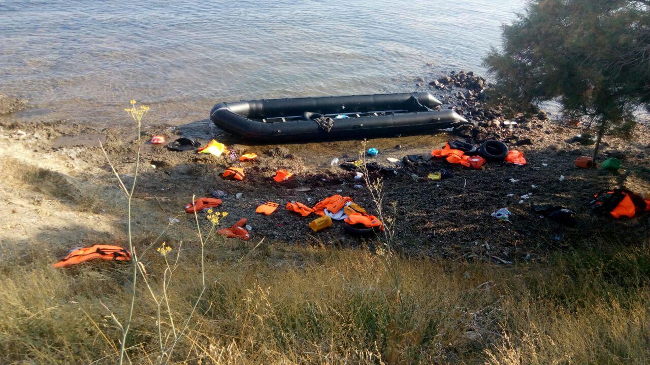 البلم بعد وصول المهاجرين وتركه على شاطئ جزيرة رودوس اليونانية - راما الخطيب