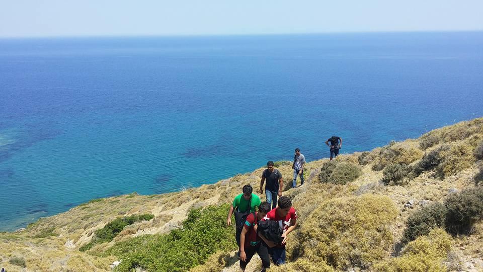 المهاجرون يصعدون جبال جزيرة كيوس اليونانية  – خالد سلامة