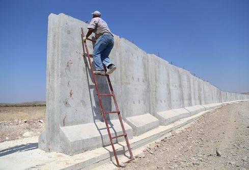 تركيا تبدأ بتشييد جدار إسمنتي على الحدود مع سوريا