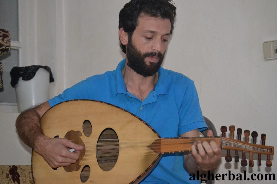 أصبح سمير أكتع يعزف على عوده في بيته فقط