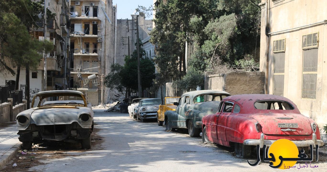 أقام أبو عمر أمام منزله كراجا للسيارات التاريخية التي يحتفظ بها