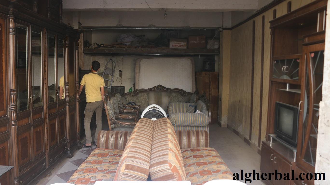 انتعشت تجارة المفروشات المستعملة بعد نزوح سكان حلب عن بيوتهم