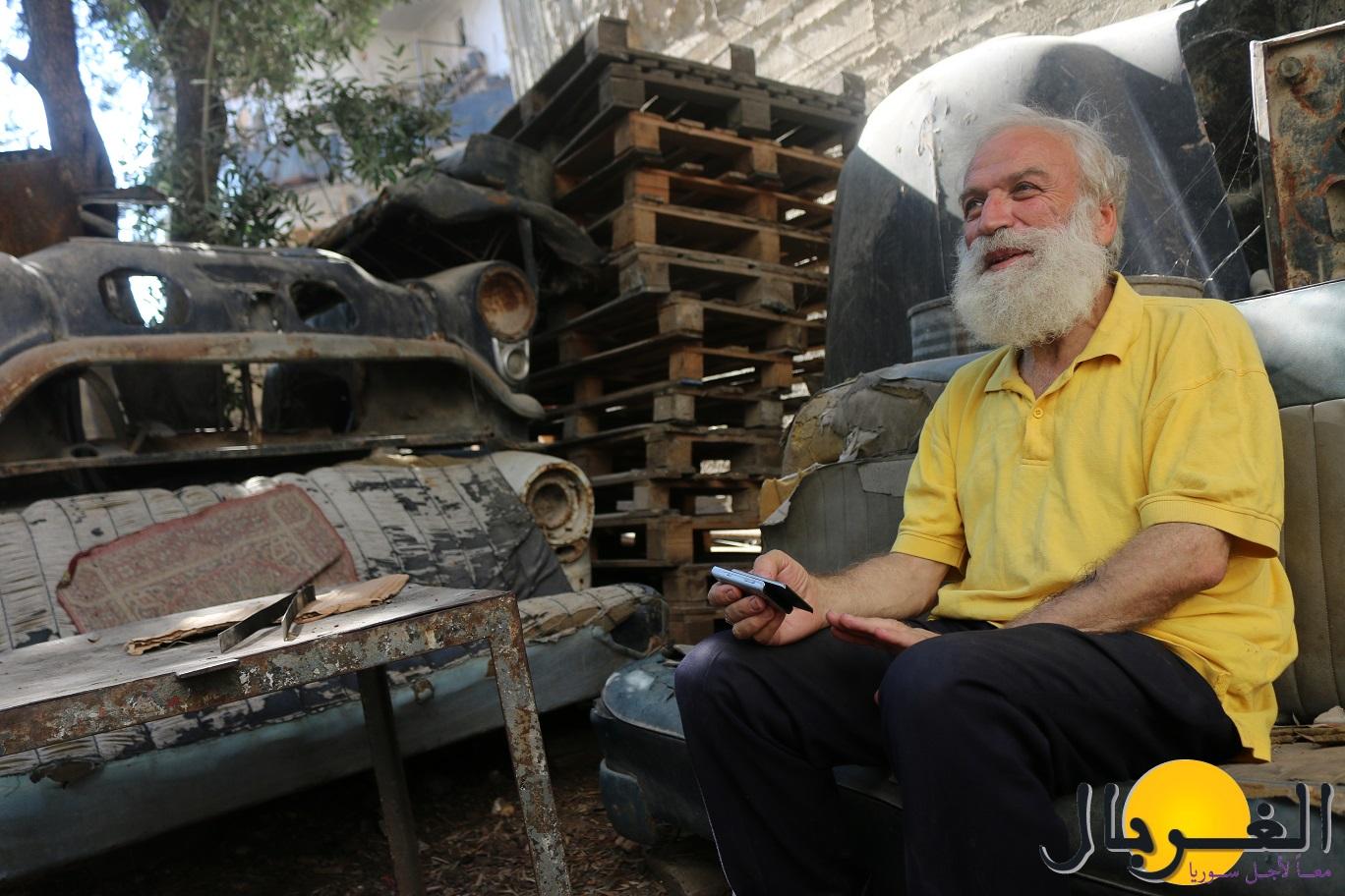 يسعد أبو عمر بالجلوس بين أكوام الخردة الخاصة به