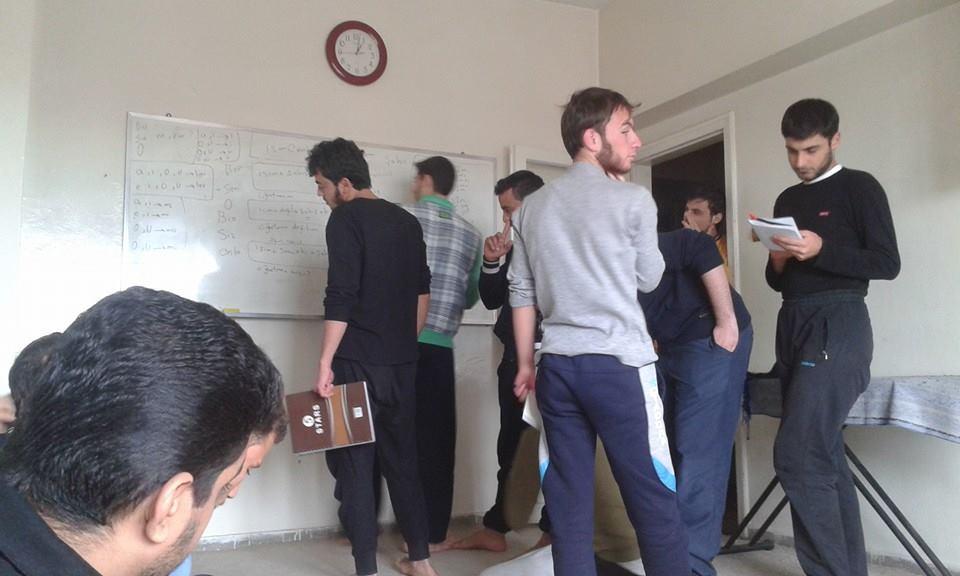 وجد الطلاب السوريون الذين تقطعت بهم السبل في تركيا بالجامعات السورية الخاصة هناك حلاً لإكمال تعليمهم