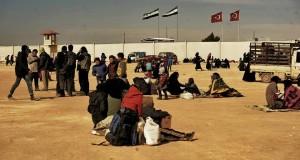 بالصور: أكثر من 50 ألف من حلب في العراء على الحدود التركية