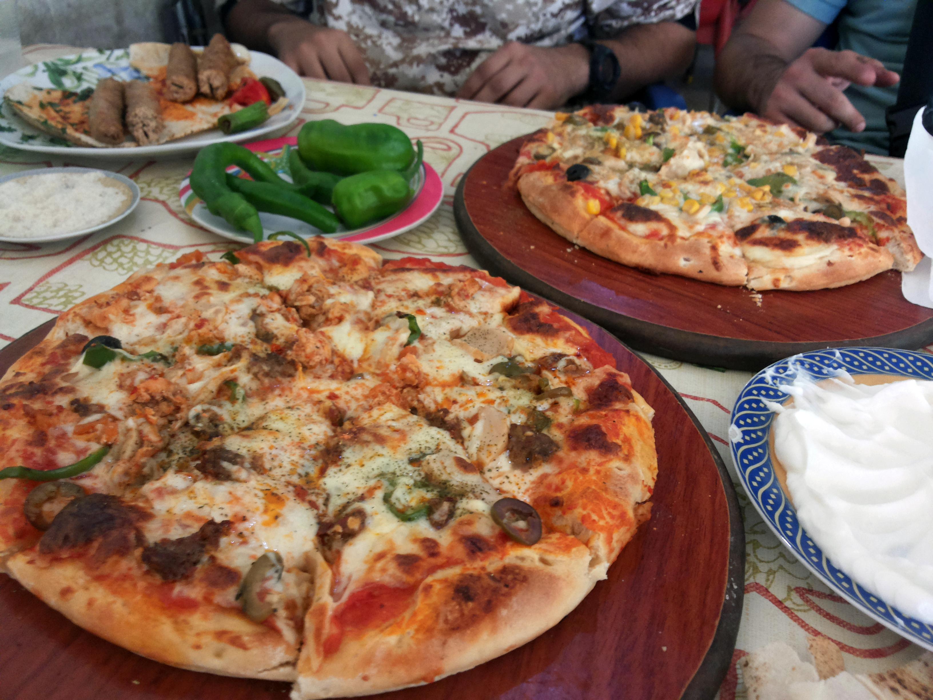 لا يوفر السياح المجاهدون متعة تناول الأطعمة الغربية والشرقية في وقت واحد (خاص الغربال- زاهر سواس)