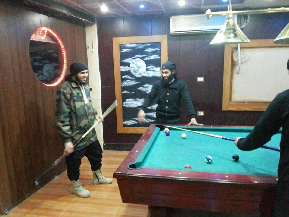 يواصل السياح المجاهدون اللهو في الوقت الذي تتفاقم فيه أزمات السوريين وتكبر معاناتهم (الانترنت)