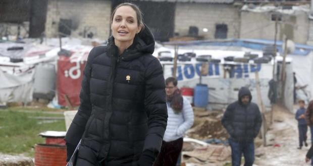 """بالصور: في ذكرى الثورة """"أنجلينا جولي"""" تزور اللاجئين السوريين وتتضامن معهم في مخيمات لبنان المنسية"""