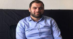 """القصة الكاملة لـ""""قاشوش حماة"""" الذي أراد النظام والمعارضة موته لكنه مازال حياً"""