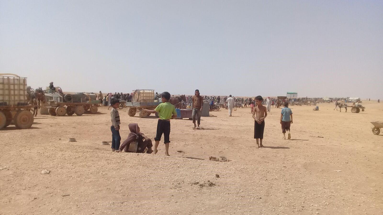 نقطة تجمع اللاجئين في منطقة توزيع المياه جنوبي مخيم الركبان (003)